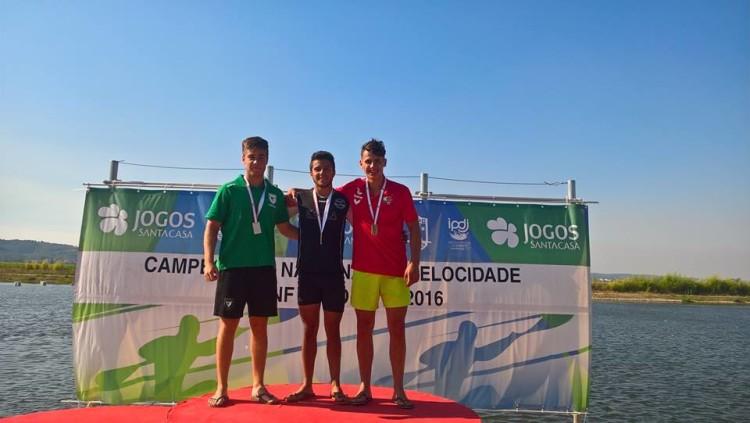 Tomás Santos, de preto, aqui no 1º lugar do pódio K1 Cadetes 200m, esteve envolvido nos três títulos nacionais conquistados pelos 'castores' do Arade (®KCCA)