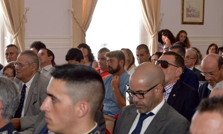 'Primeiro, estranha-se….' O colarinho parece que apertava enquanto Manuel Mestre era apresentado na sessão (®PauloMarcelino)