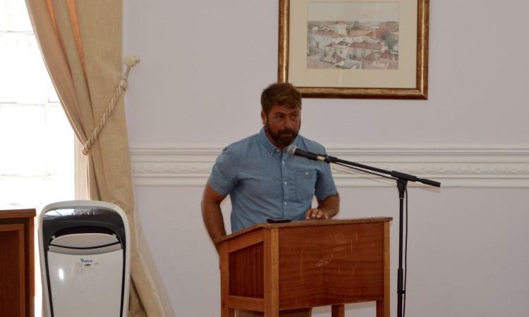 '… depois, entranha-se'. Manuel Mestre usou da palavra para deixar recados aos dirigentes associativos e instituições da cidade e pediu uma ponte com dois sentidos para a Praia de Faro (®PauloMarcelino)