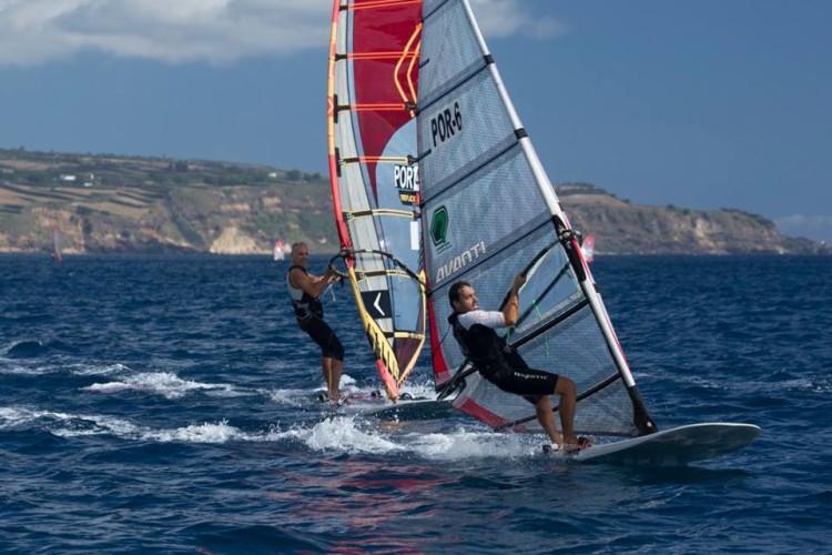 Algarvios Vasco Chaveca, em primeiro plano, e Luís Fonseca ao largo de Ponta Delgada (®FernandoResendes/CNPDL)