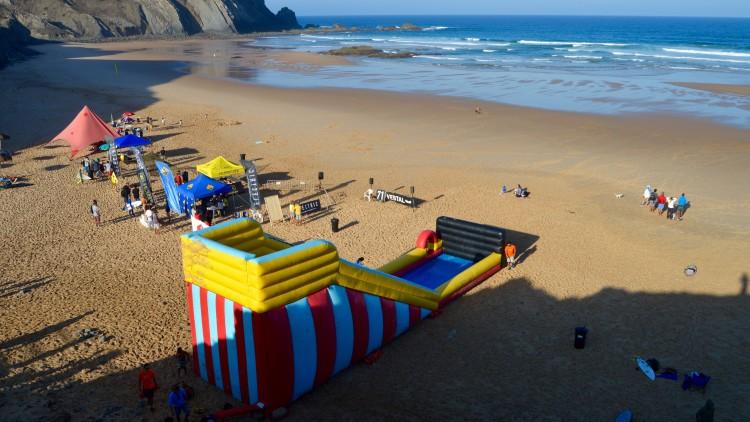 Este é o cenário montado para a prova, com diversão gratuita na praia. Competição recomeça domingo, a partir das 12h00 (®PauloMarcelino)