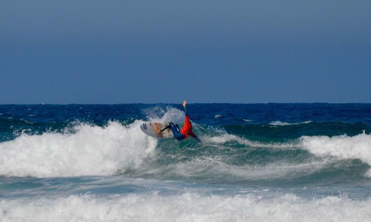Algarvio João Maria Mendonça, campeão da Grande Lisboa, foi o melhor surfista, este sábado, no Castelejo (®PauloMarcelino)