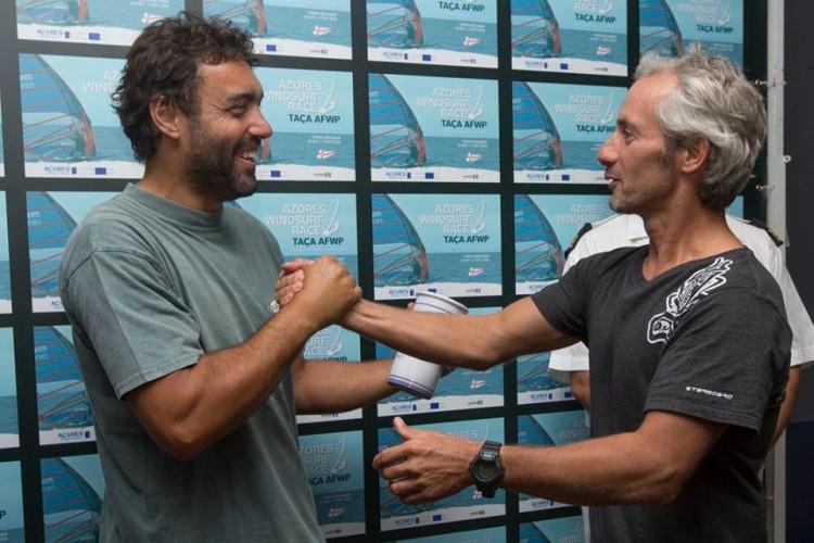 Vasco Chaveca, á esquerda, cumprimenta Mário 'Sabão' Medeiros (®FernandoResendes/CNPDL)