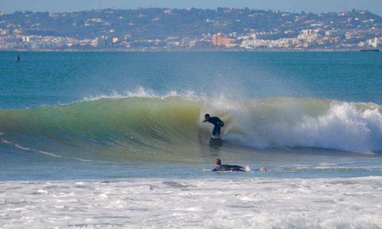 Francis Gregório durante uma sessão de surf na Praia da Rocha, em dezembro de 2015 (®PauloMarcelino)