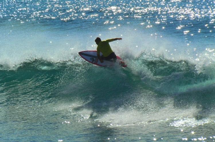 Manuel Mestre estreou na Caparica uma nova prancha 5'10 da marca algarvia Plâncton Surfboards (®MariaSantos)