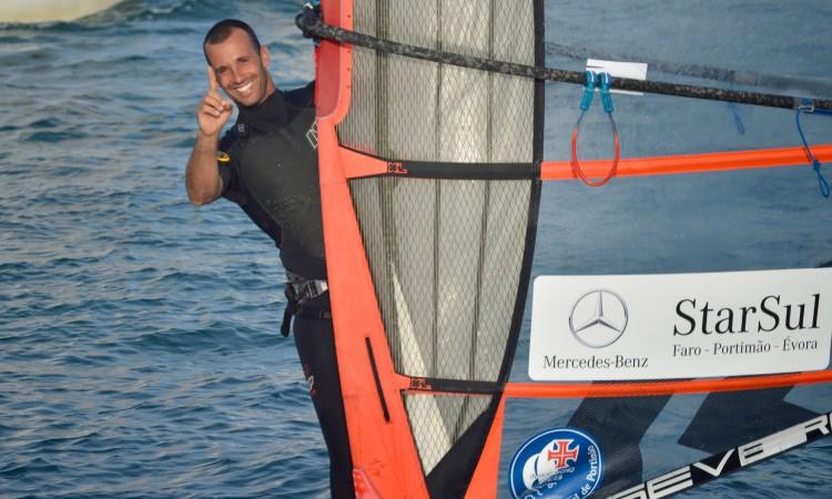Miguel Martinho dominou a prova em Formula Windsurfing e mostra a sua satisfação no regresso a terra (®PauloMarcelino)