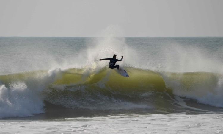 Harry Timson numa das 'bombas' da tarde deste sábado na Praia de Faro (®PauloMarcelino)