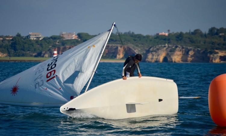 João Rodrigues, do Clube de Vela de Lagos, dominou em Radial e até deu para virar o barco numa cambadela da bóia do largo para a popa (®PauloMarcelino)