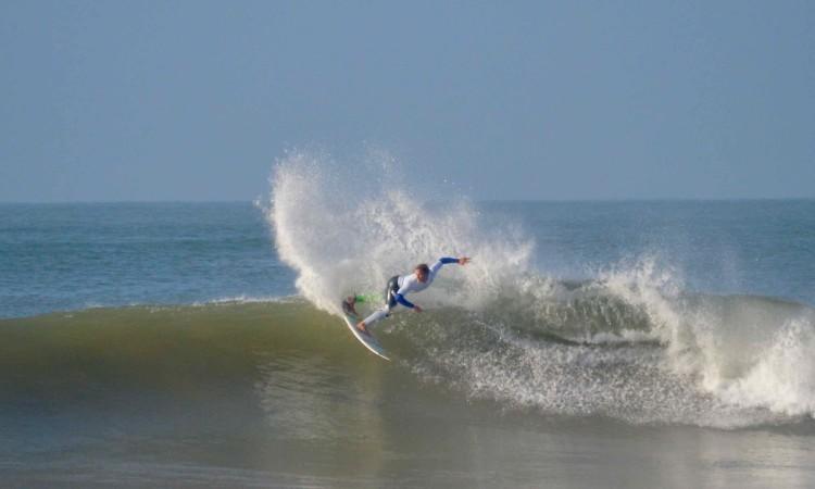 Marlon Lipke em ação na famosa etapa de 2014, quando também se combinaram ondulações de Levante e de Oeste (®PauloMarcelino/arquivo)