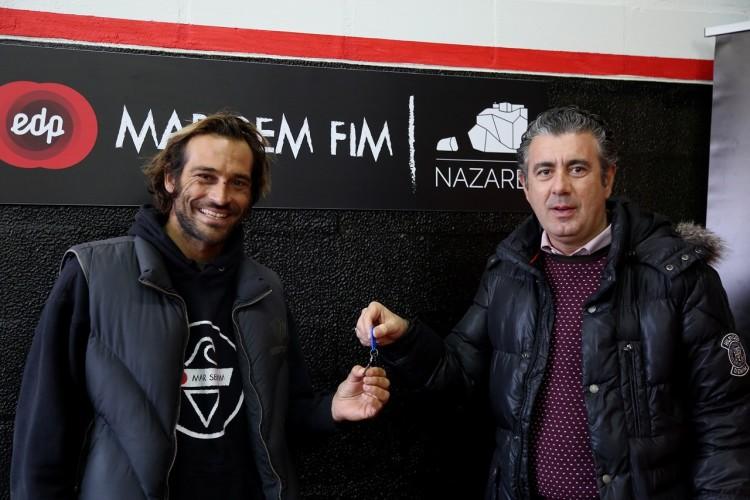João De Macedo recebe as chaves do novo hangar das mãos de Walter Chicharro, presidente da Câmara da Nazaré (®DR)