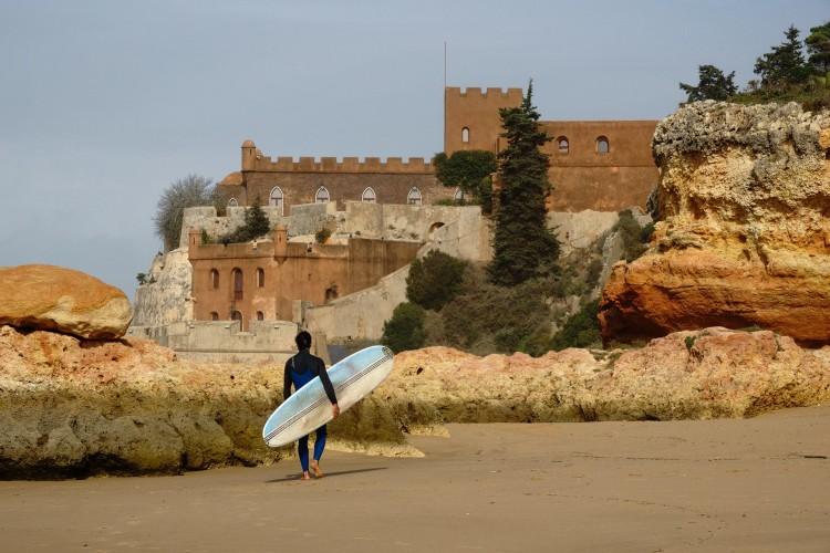 Manuel Dantas, o fanático por História, fez surf em frente ao Forte de Ferragudo (®JoaoBrekBracourt)