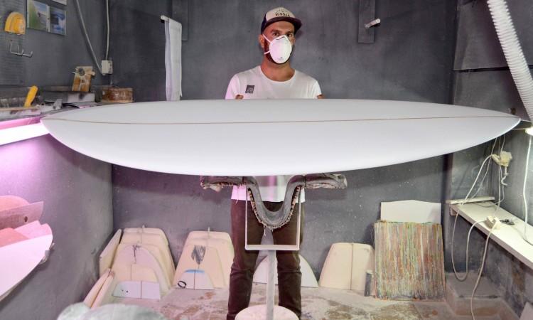 Trabalho concluído na sala de 'shape'. A nova prancha já tem forma e está preparada para a fibragem (®PauloMarcelino)