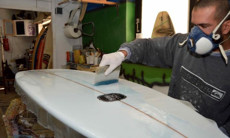Colocação de resina poliéster sobre folha de vidro a cobrir o poliuretano (®PauloMarcelino)