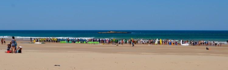 Cordão humano no Amado, em agosto, é um dos exemplos da adesão popular contra a exploração de hidrocarbonetos no Algarve (®PauloMarcelino)