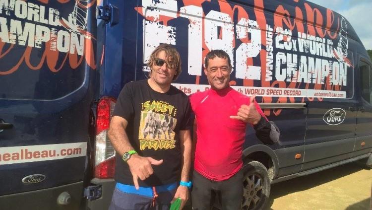 Atleta algarvio com o francês Antoine Albeau, com quem treinou em Tarifa, este mês (®CC)