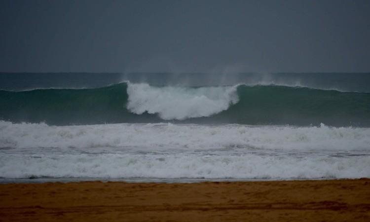 Mar na Praia da Rocha esteve hoje pesado e com tamanho, mas as previsões indicam que vai perder força no sábado, alinhando melhor as ondas se o vento for favorável (®PauloMarcelino)