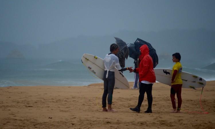 Chuva, por vezes intensa, algum vento e muito frio dificultaram a vida a atletas e 'staff' na praia (®PauloMarcelino)