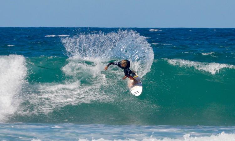 Surfista algarvio numa das baterias da finalíssima em que conquistou o título de Campeão Nacional Sub-12 (®PauloMarcelino)