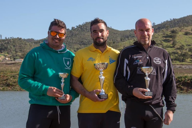 Representantes do GDAlcoutim, de verde, CNLAlentejano, de amarelo, e KCCArade, de preto, com as taças dos resultados por equipas (®GDA)