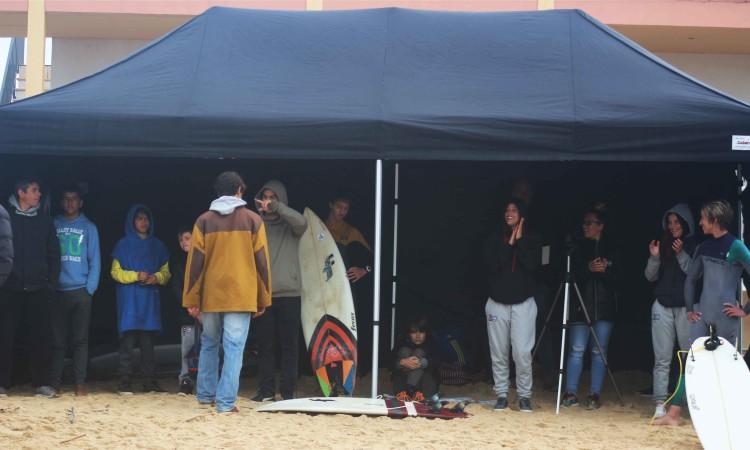 Clube de Surf de Faro instalou na praia uma tenda para atletas, muito útil durante o período de chuva pela manhã (®GianLucaSchneider)