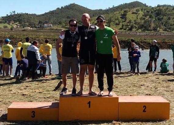Pódio K1 Veterano A, com dois 'castores', de preto, Nuno Silva e Sérgio Tavares (®KCCA)
