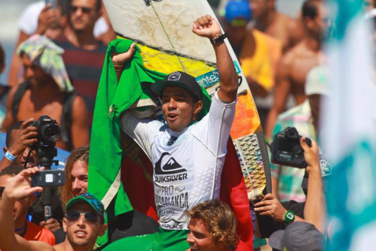 Pedro Henrique campeão europeu em 2015. Volta de consagração em Casablanca, aos ombros do amigo Eduardo Fernandes (®WSL)