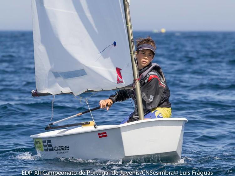 Guilherme Cavaco em ação em Sesimbra. Algarvio fez 2º lugar Grupo Amarelo na regata solitária do primeiro dia de prova (®LuisFraguas/CNS)