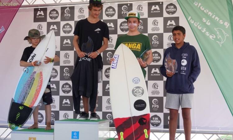Algarvio Bruno Marçal, à direita, no 4º lugar do pódio Surf Iniciados (®IsabelleDeWaelePereira)