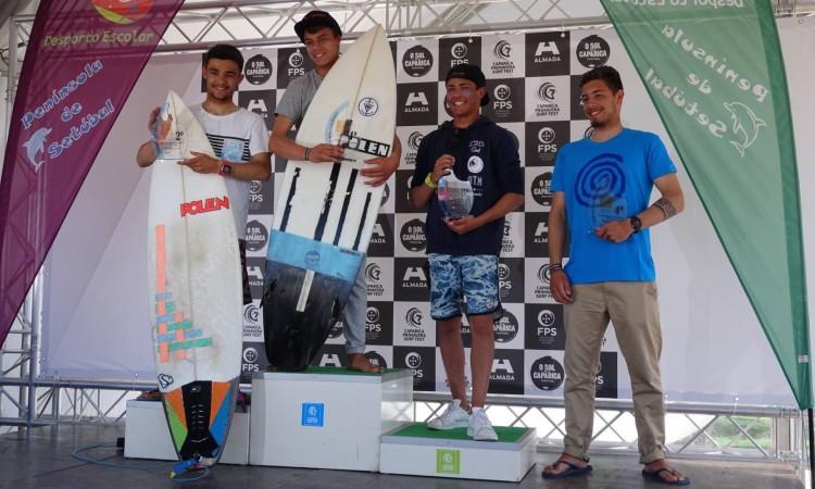 Algarvio Ricardo Augusto, de preto, no 3º lugar do pódio Surf Juvenil (®IsabelleDeWaelePereira)