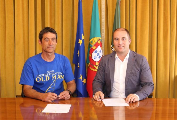 Carlos Clímaco com o edil Adelino Soares. Velejador vai receber 500 euros da autarquia (®CMVB)
