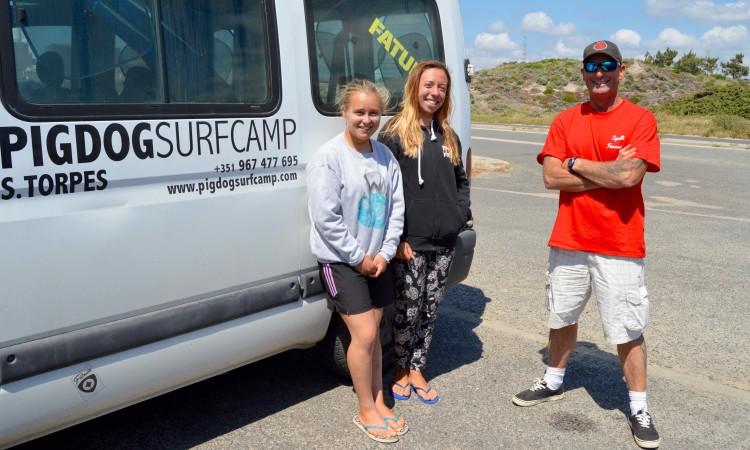 Yolanda, Inês e John esta tarde, sábado 29 de abril, à procura de ondas em São Torpes, Sines (®PauloMarcelino)