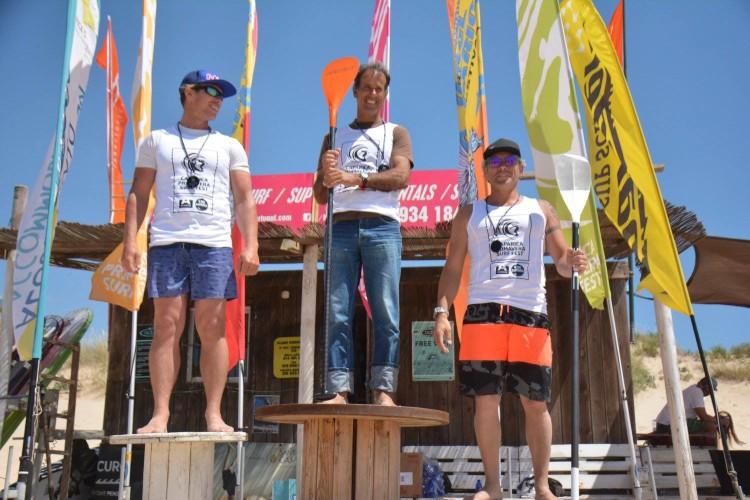 Algarvio Oleksandr Olefirenko, à esquerda, no 2º lugar do pódio SUP Maratona 14´, na 2ª Etapa do Circuito Nacional SUP 2017, na Costa de Caparica (®Windriders/DianaGil)