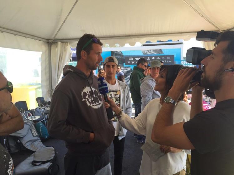 Luís Esteves entrevistado no evento sob o olhar atento de Diogo Barbosa, atrás (®WaveSeries)
