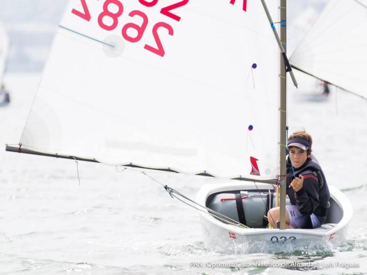 Algarvio Guilherme Cavaco, na imagem em ação hoje no Tejo, é Campeão de Portugal e lidera o Ranking Nacional após 11 regatas (®LuisFraguas(CNA)