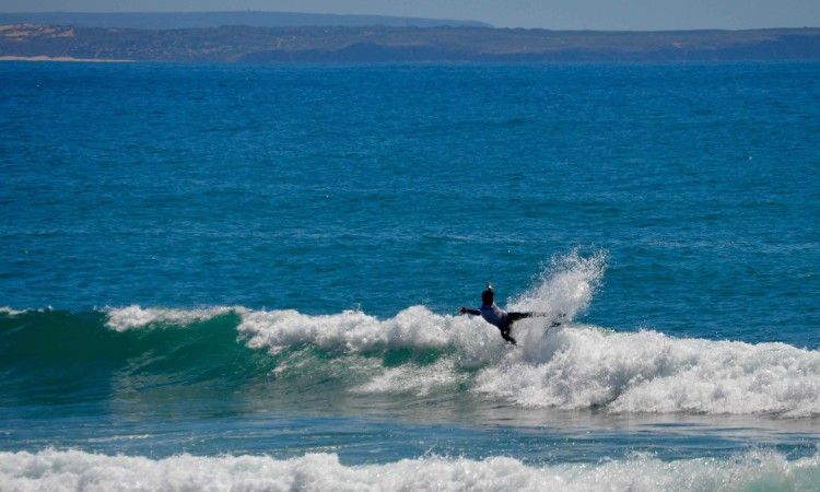 Bruno Gregório na final Sub-18 na Arrifana. Surfista ainda está a adaptar-se à nova prancha (®PauloMarcelino)