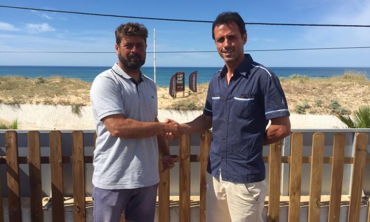 Manuel Mestre, presidente do Clube de Surf de Faro, à esquerda; com Francisco Alvo, mentor do Paddle Out For Nature (®PauloMarcelino)