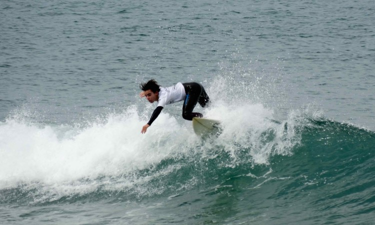 Diogo Pereira em ação na Praia Internacional. Algarvio 'limpou' a categoria Surf Iniciados Masculinos (®DR)
