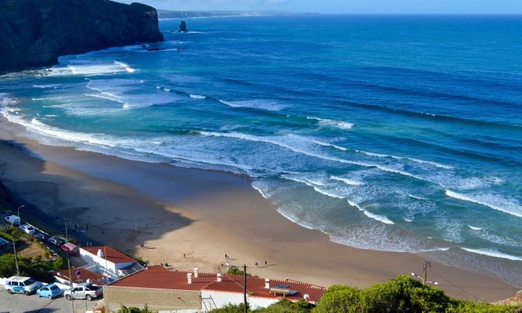 Pouco antes das nove da manhã deste sábado era este o aspeto da ondulação na Praia da Arrifana (®PauloMarcelino)