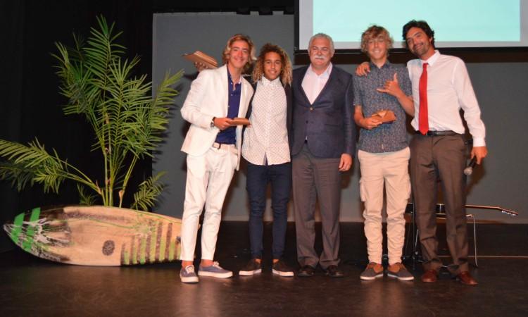 Os três melhores Sub-16 do circuito, com o vice-presidente da Câmara de Portimão e o presidente do Portimão Surf Clube (®PauloMarcelino)