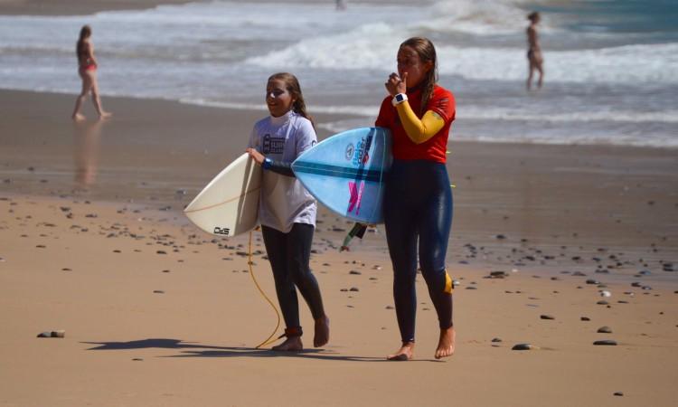A pequena Constância Simões com a campeã Inês Pascoal após a vitória da mais jovem na final Open Feminino (®PauloMarcelino)