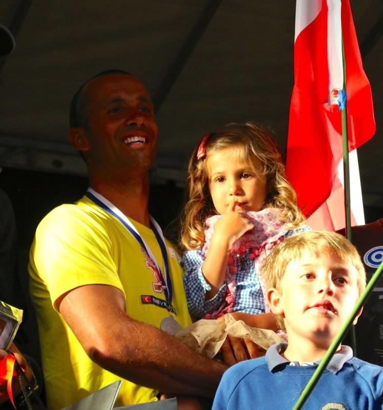 Velejador algarvio no pódio em Itália com a filha nos braços (®IFWC)