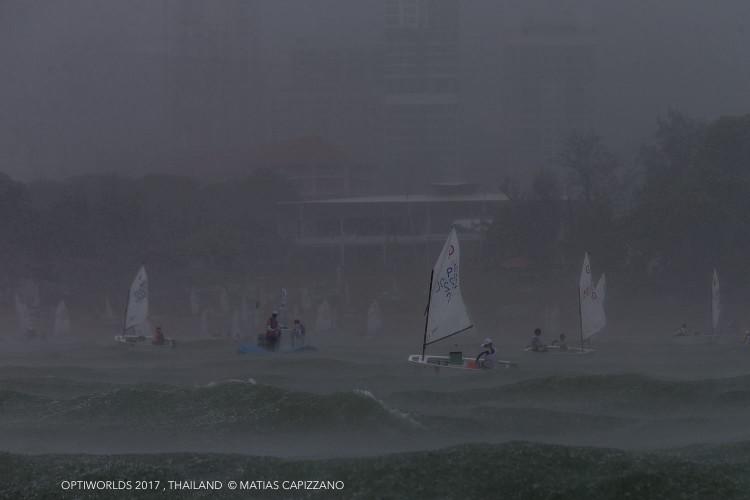 Frota em Pattay foi surpreendida esta sexta-feira por uma forte tempestade (®MatiasCapizzano)