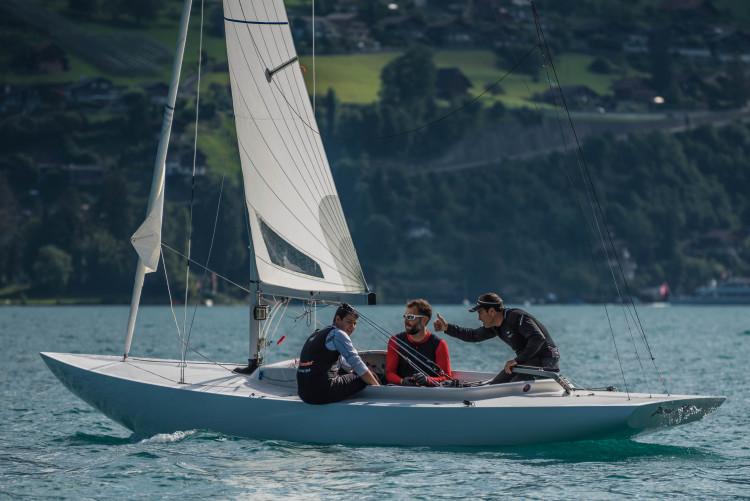 Tripulação do algarvio Pedro Andrade comemora a vitória na primeira regata do Europeu Dragão (®DR)