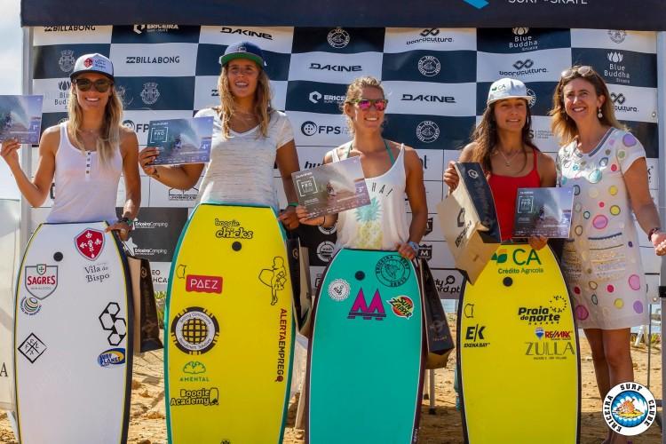 Joana Schenker à esquerda no pódio feminino na Ericeira, onde venceu todas as baterias em que participou (®AlvaroFR/EriceiraSurfClube)