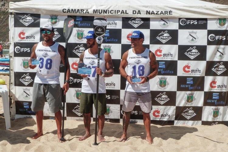 Tiago Dinis, à direita, no 3º lugar do pódio 14' na Nazaré, onde foi o melhor atleta federado na categoria (®CDANazare)