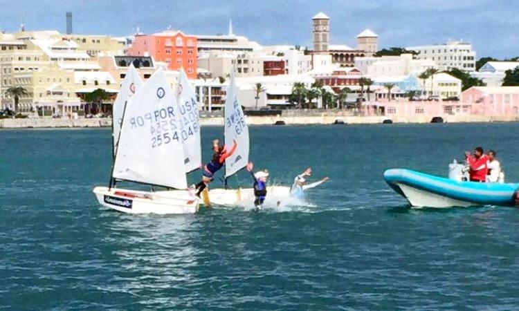 Beatriz Cintra faz o tradicional salto para a água, para festejar a vitória da sua equipa no Team Racing nas Bermudas (®DR)
