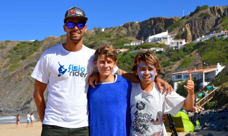 Tomás Nunes, ao centro, com o treinador e surfista Paulo Almeida e Henrique 'Piki' Gomes, campeão regional Sub-12 (®PauloMarcelino/Arquivo2017)