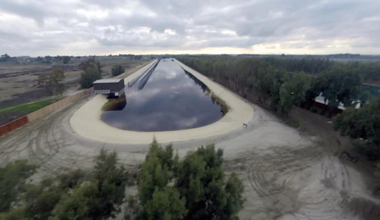 Rancho de ondas KSWC abriu em 2015 em grande segredo. Foi adoptado mais tarde pela WSL. É capaz de produzir direitas e esquerdas perfeitas e de altura ajustável ao que se pretende (®KeithPlocek/TheInertia)