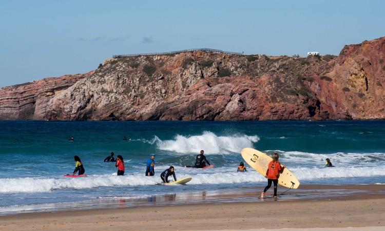 Raparigas do CASLAS tiveram uma aula de surf no Amado com instrutores de luxo (®JoaoCabritaSilva)