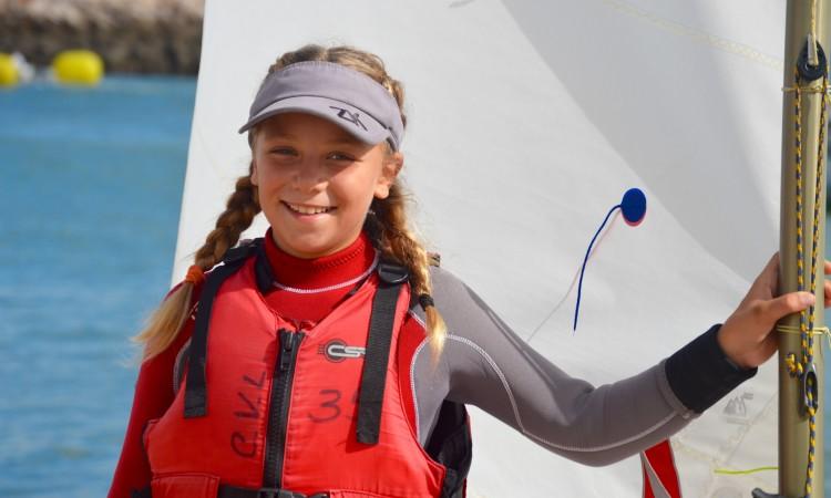 Érica Porto venceu na Baía de Cadiz em Sub-13 Feminino, categoria que lidera no 'ranking' da Optimist Excellence Cup 2017-2018 (®PauloMarcelino/arquivo)